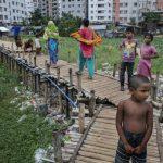 Residentes da favela Sujat Nagar, em Dhaka, Bangladesh: extrema pobreza atinge uma de cada dez pessoas no mundo, mostra relatório do Banco Mundial. Foto: Dominic Chavez/World Bank