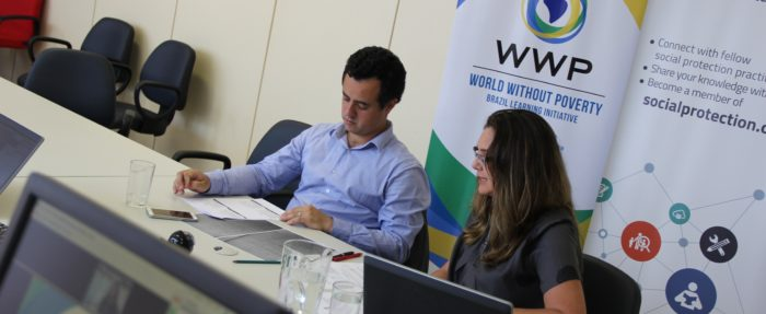 Panelist Vitor Azevedo Pereira (Brazilian Ministry of Social and Agrarian Development) and moderator Cláudia Baddini (World Bank), in Brasilia. Photo: Marco Prates