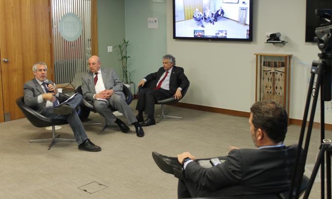 Da esquerda para direita: Sergei Soares (Ipea/IPC-IG); Osmar Terra, Ministro do Desenvolvimento Social; Ricardo Paes de Barros; e Pedro Olinto (Banco Mundial, de costas) – Foto: Marco Prates